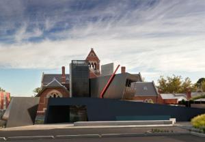 Học viện giáo dục Bastow với khối kính và lưới áo thép đa giác xếp chồng