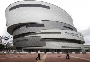 Thư viện và trung tâm giải trí trong nhà hình thúng tròn xoắn xếp chồng