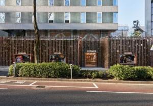 Mặt tiền bằng lưới thép gợi nhớ rừng tre tại công trình ở Tokyo